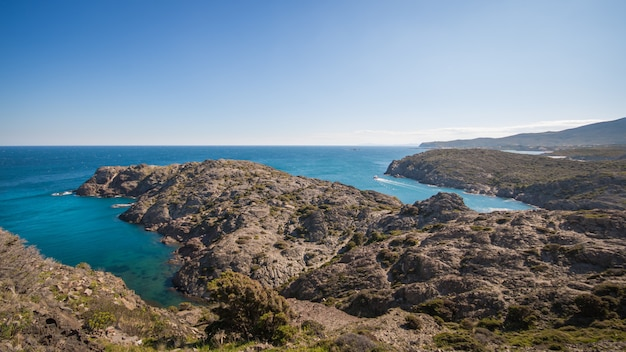 Algemeen beeld van cap de creus in catalunya, een maagdelijk en rotsachtig gebied