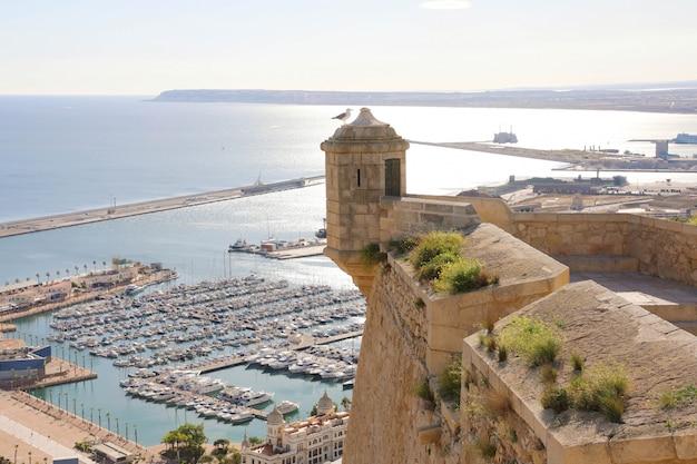 Alicante santa barbara kasteel met panoramische luchtfoto op de beroemde toeristische stad in costa blanca, spanje
