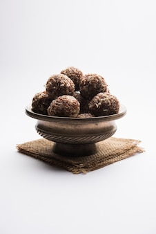 Aliv laddu, halim ladoo of tuinkers zaadzoete ballen een zeer voedzame voeding in de winter of voor new moms. populair eten uit india. geserveerd in een kom of bord