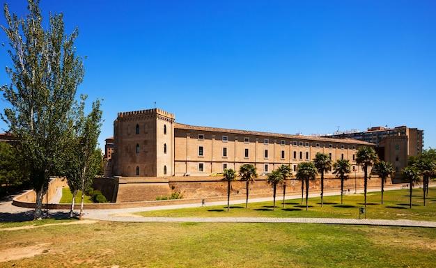 Aljaferia palace in zaragoza in de zomer