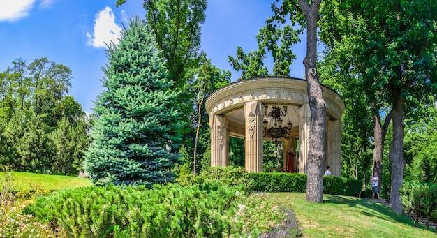 Alkoof in de buurt van het honka-huis in de mezhyhirya residence, kiev, oekraïne, op een zonnige zomerdag