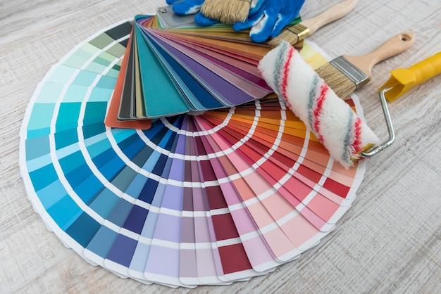 Alle tools voor reparatie renovatie huis, penseel en kleurmonster voor de beste keuze
