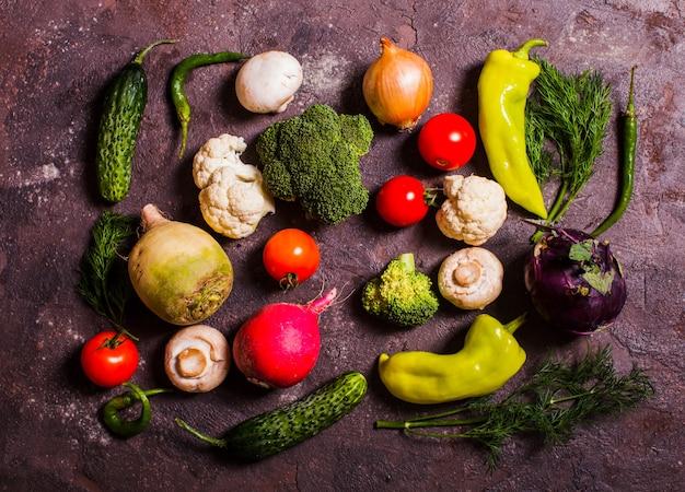 Alle verse groenten in een grote set op tafel, close-up van het bovenaanzicht