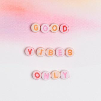 Alleen goede vibes kralen bericht typografie op pastel