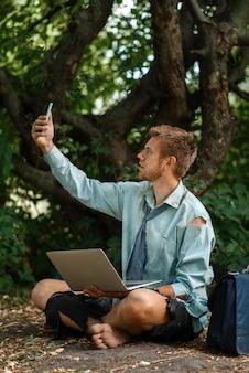Alleen kantoormedewerker met mobiele telefoon op onbewoond eiland.