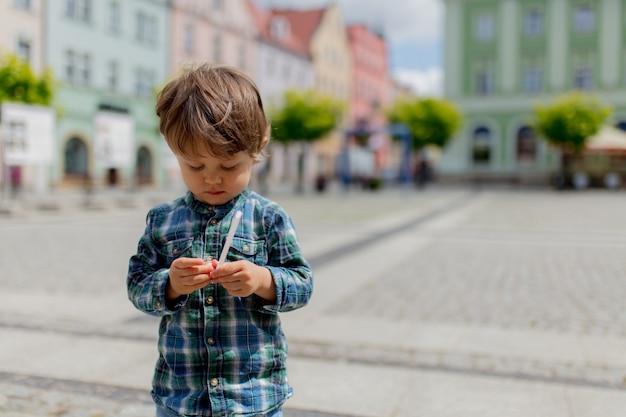 Alleen kind blijft op straat in de stad en denkt aan iets