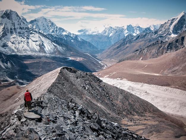 Alleen klimmer oplopend naar besneeuwde berg in de mist