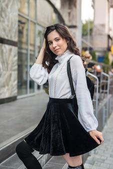 Alleen mode sexy vrouw die zich voordeed in het centrum van de stad, vakantie