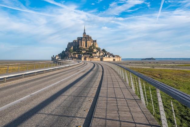Alleen toegangsweg naar mont saint michael. toegang is beperkt