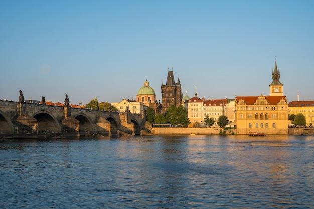 Alleen voetgangers karelsbrug over de rivier de moldau in praag, tsjechië.
