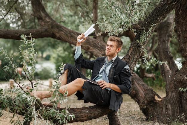 Alleen zakenman rustend op de boom, verloren eiland