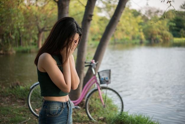 Alleenstaande jonge vrouw alleen buiten