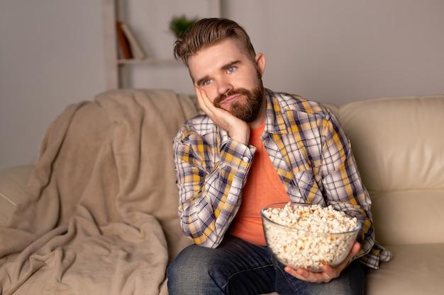 Alleenstaande man op de bank tv aan het kijken