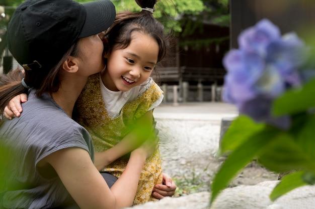 Alleenstaande moeder die tijd buitenshuis doorbrengt met haar kind