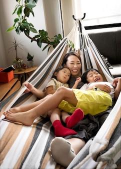 Alleenstaande moeder die tijd doorbrengt met haar zoon en dochter