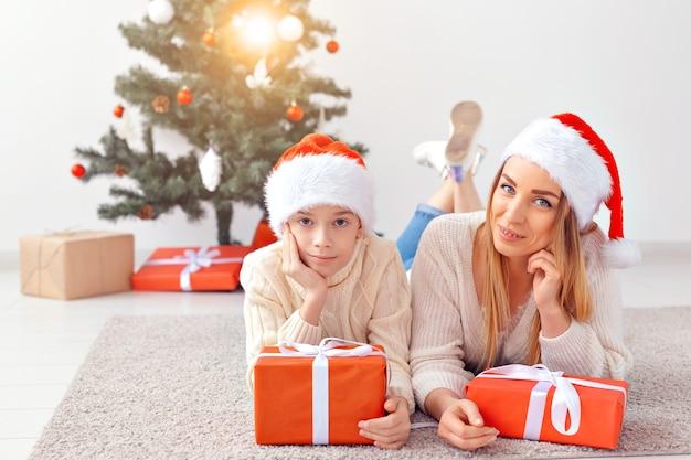 Alleenstaande ouder en vakantie concept - portret van moeder die kerst thuis viert op kerstavond. Premium Foto