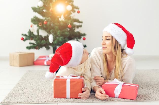 Alleenstaande ouder en vakantie concept - portret van moeder die kerst thuis viert op kerstavond.