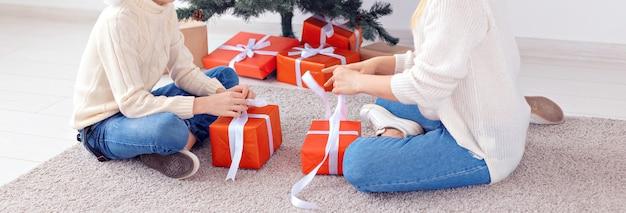 Alleenstaande ouder en vakantieconcept - close-up van moeder en zoon die kerst thuis vieren op kerstavond