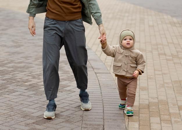 Alleenstaande vader die tijd doorbrengt met zijn baby