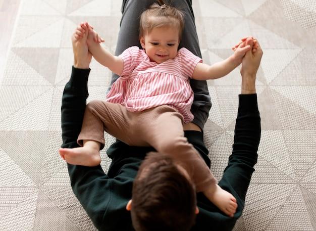 Alleenstaande vader die tijd doorbrengt met zijn dochter