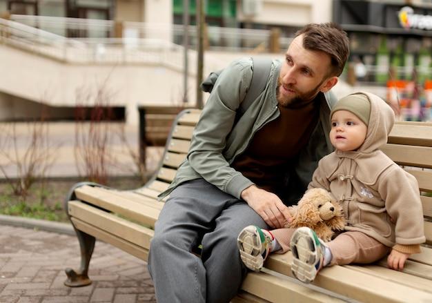 Alleenstaande vader die tijd doorbrengt met zijn dochtertje