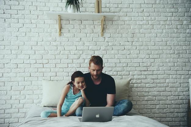 Alleenstaande vader en tienerdochter kijken naar film.
