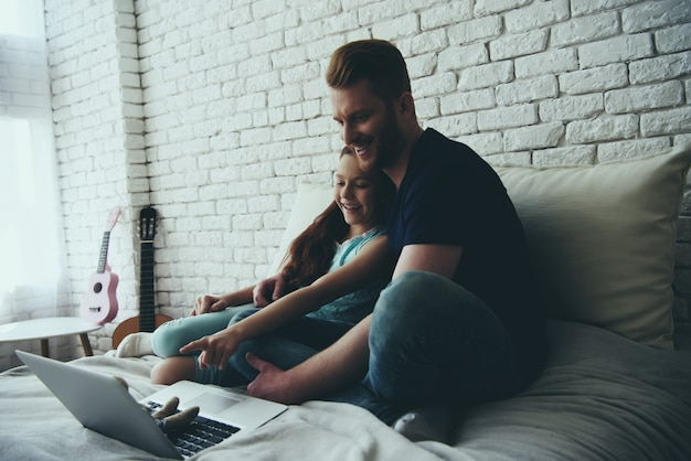 Alleenstaande vader en tienerdochter kijken naar film