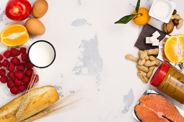 Allergie voedsel concept. allergieën voor vissen, eieren, citrusvruchten, chocolade, champignons ...