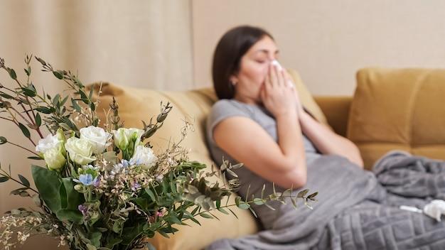 Allergische dame veegt neusspray af met servet en brengt aan