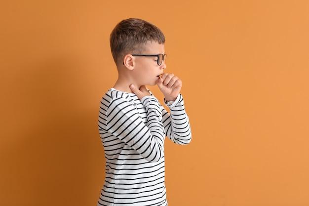 Allergische kleine jongen op een achtergrond in kleur
