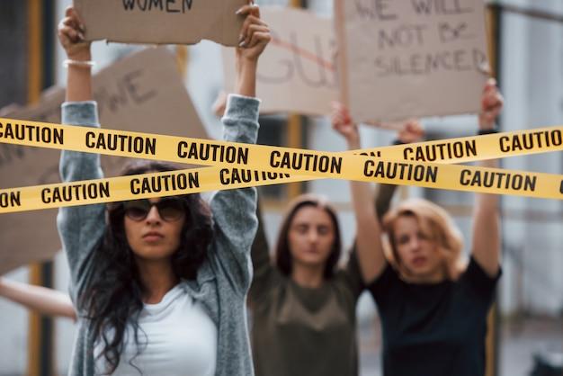 Alles is in actie. een groep feministische vrouwen protesteert buitenshuis voor hun rechten