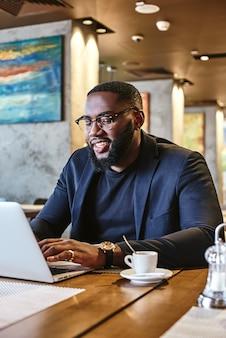 Alles wat ik nodig heb om productief te zijn, is een kop sterke koffie afro-amerikaanse zakenman