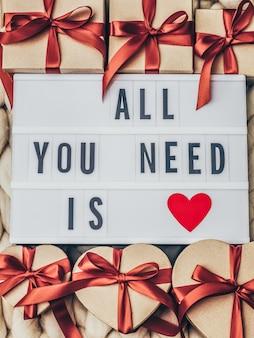Alles wat je nodig heb is liefde woord op lightbox. verpakt vintage geschenkdoos.