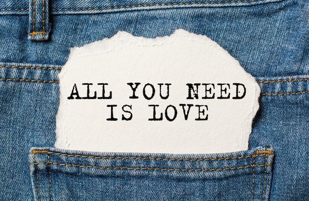 Alles wat je nodig hebt is liefde op gescheurd papier