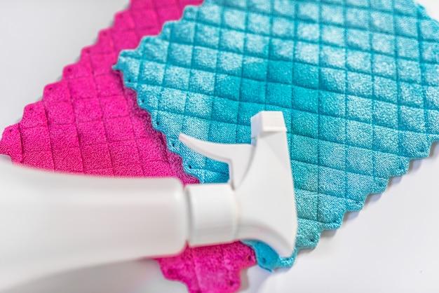 Alles wat je nodig hebt om huis schoon te maken - close-ups van schoonmaakartikelen