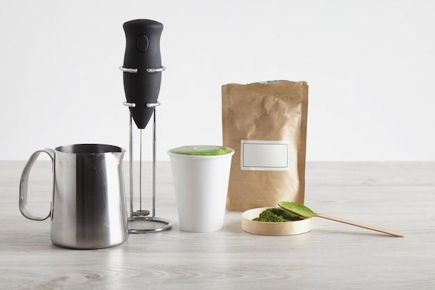 Alles wat nodig is om latte op een moderne manier te bereiden verkooppresentatie elektrische melkopschuimer chromen standaard biologisch premium matcha-poeder japan afhaalmaaltijden papieren glas