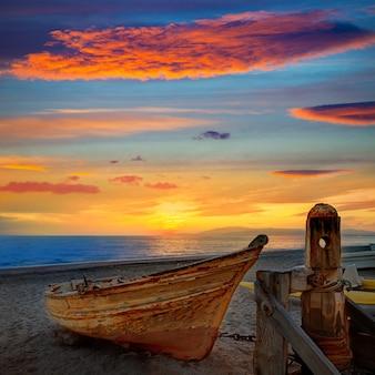 Almeria cabo de gata strandde met boten op het strand