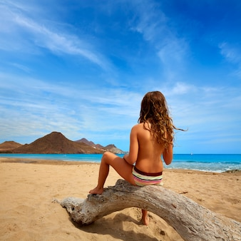Almeria playa de los genoveses strandmeisje terug