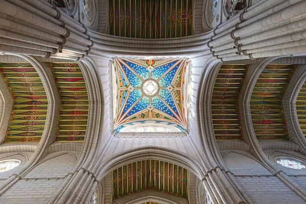 Almudena cathedral beschilderd plafond