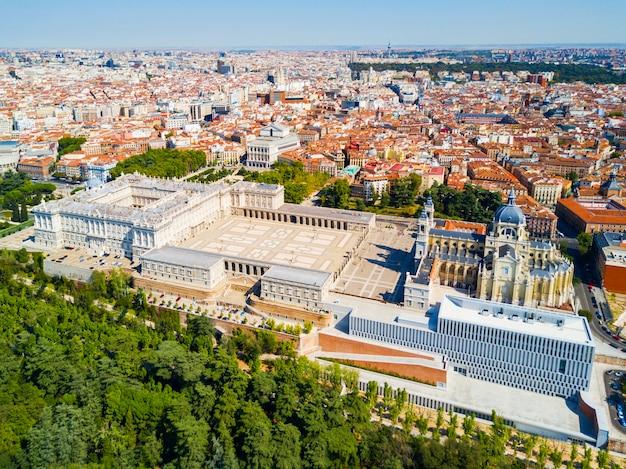 Almudena kathedraal en koninklijk paleis van madrid luchtfoto panoramisch uitzicht in madrid, spanje