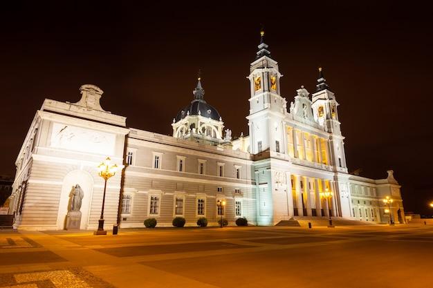 Almudena-kathedraal in de nacht. madrid, spanje