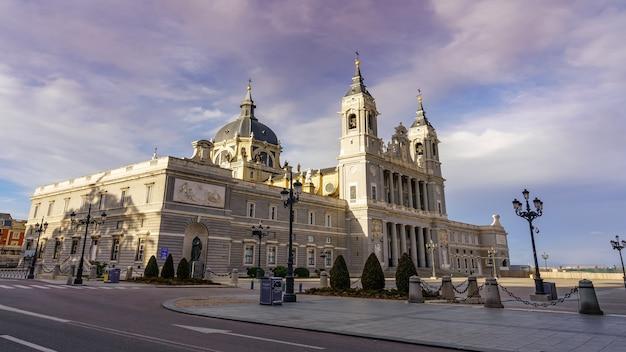 Almudena-kathedraal in madrid op de voorgevel op zonnige dag bij zonsopgang. spanje.