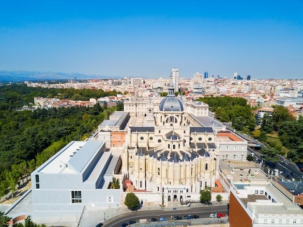 Almudena kathedraal luchtfoto panoramisch uitzicht. santa maria la real de la almudena is een katholieke kerk in madrid, spanje.