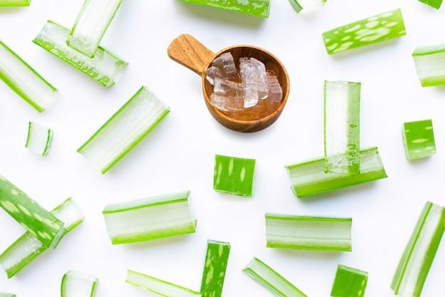 Aloë vera-gel op wit, aloë vera is een populaire medicinale plant voor gezondheid en schoonheid,