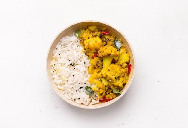 Aloo gobi indiase vegetarische plantaardige schotel geïsoleerd op wit