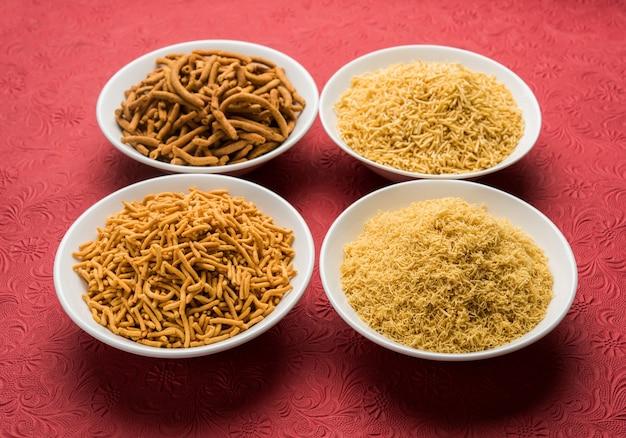 Aloo sev of namkeen snack is gemaakt van aardappelpuree, kikkererwtenmeel en kruiden, selectieve focus