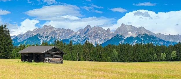 Alpen bergweide rustige zomer panorama met houten schuur, oostenrijk