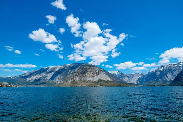 Alpen en alpsee met blauwe lucht en prachtige wolken