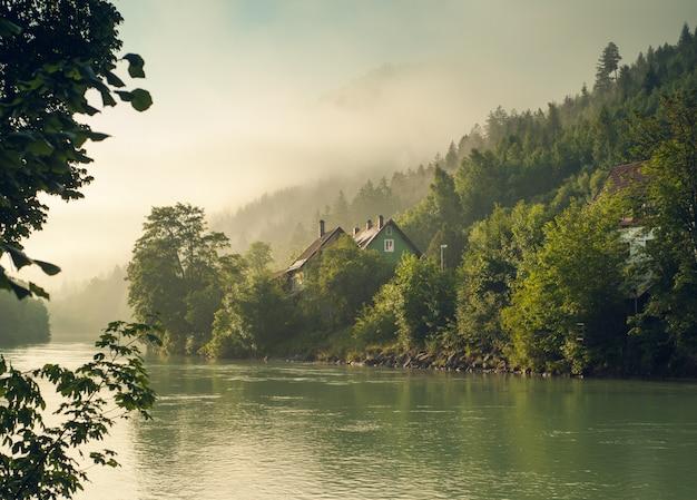 Alpen en mist in vroege ochtendzon