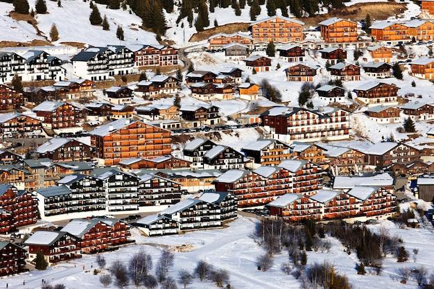 Alpendorp met chalets in de winter, frankrijk